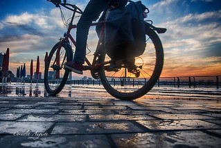 Mit den Rad durch das Wasser.