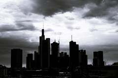 20180809-DSC4889 (A/D-Wandler) Tags: frankfurt frankfurtammain deutschland skyline hochhaus schwarzweis bw blackandwhite blackwhite architektur himmel wolken wolkenkratzer stadt gebäude