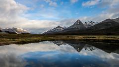 Espejo patagónico (Patagonian mirror) (Gastón Iván) Tags: canon eos t6s usuhaia patagonia tierra del fuego cielo sky agua water nubes clouds montañas mountains azul blue nieve snow