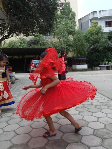 Les danses commencent dans la cour de récréation