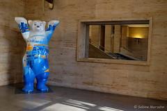 Greetings from Berlin (Sockenhummel) Tags: buddybären potsdamerstrase bär bear berlinerbär halle raum spiegel fuji xt10 berlin