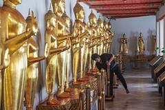 La situacion inversa (Nebelkuss) Tags: bangkok asia templo temple budadorado goldenbuddha buddhist budista budismo buddhism candid espontanea momentos instantes moment instant fujixt1 fujinonxf1855