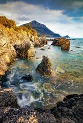 Il merletto sul mare (Gio_guarda_le_stelle) Tags: seascape sea water 4x4 costa scogliera mare mareggiata blu canon