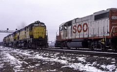 Meet on the Joint Track (ac1756) Tags: soo sooline emd gp382 4407 extrawest northwestern cnw alco c628 6721 extraeast chicagonorthwestern meet oretrain negaunee michigan