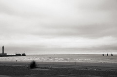 Positions (Atreides59) Tags: dunkerque plage beach nord france mer sea water eau ciel sky nuages clouds bateau bateaux boat boats sable sand black white bw blackandwhite noir blanc nb noiretblanc pentax k30 k 30 pentaxart atreides atreides59 cedriclafrance