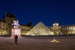 Le Louvre la nuit - (Noir et Blanc 19) Tags: paris lelouvre pyramide cour nuit monuments sony a77