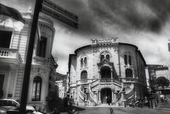 Vers la vieille ville 🌃 (LUMEN SCRIPT) Tags: people monochrome streetphotography street city building blackandwhite court palaisdejustice architecture staircase stair