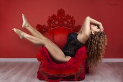 La belleza del cuerpo muchas veces es indicio de la hermosura del alma. (dMadPhoto) Tags: retratos portraits boudoir red rojo nude naked desnudo smile sonrisa belleza beauty girls woman women piernas legs pelo hair sofá couchmadrid dmadphoto
