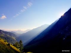 Jetzt kommt die Sonne über den Grat (HITSCHKO) Tags: iffigen iffigensee iffigenalp berneroberland bern schweiz alpwirtschaft bergsee bergblumen