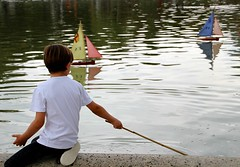 A boy and his boat (Peter Denton) Tags: paris france 6earrt ©peterdenton canoneos100d europe europa luxembourggardens leisure jardinduluxembourg boy child candid pond modelboat quiet tranquil tranquillity water