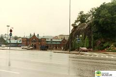 tm_5339 (Tidaholms Museum) Tags: färgat positiv fordon personbil byggnad exteriör landsväg stadsvy centralstation vägmärke