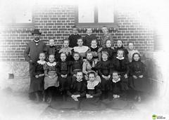 tm_5429 - Tidaholm, Västergötland (Tidaholms Museum) Tags: svartvit positiv gruppfoto människor skola skolelever lärare