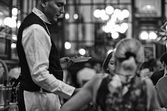 Les escargots (Mathieu HENON) Tags: leica leicam noctilux m240 50mm laphotodulundi monochrome nb bnw noirblanc blackwhite france paris 9èmearrodissement bouillonchartier restaurant brasserie bistro escargots service àlafrançaise serveur