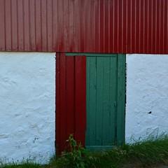 Red T (mikael_on_flickr) Tags: redt t red rød rot rouge rosso grøn grön grün green vert verde mur muro wand door porta tür dør tórshavn tinganes føroyar færøerne faroeislands isolefaroe colours farben colori farver hvid weiss white bianco