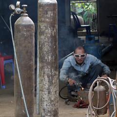 Cambodge. (A z d r u b a l) Tags: soudeur