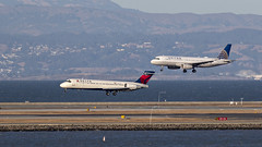 085A4240 Delta 717-2BD N947AT, United A320-232 N414UA arriving KSFO RWY 28 R/L. (midendian) Tags: ksfo sfo sanfranciscointernational airport aircraft airplane n947at n414ua uniteda320 delta717 b717 a320 a322 717 717200 delta united
