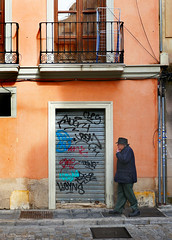 Spain: Granada, Spanish stroll in the calle (Henk Binnendijk) Tags: granada andalucia andalucía andalusia spain españa spanje dwwg doors graffiti balcony street callemarianapineda tags wall