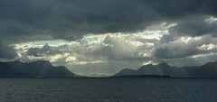 Sola trekker regn over Tautra. (Martin Ystenes - hei.cc) Tags: romsdal romsdalsfjorden romsdalsfjella møreogromsdal martinystenes molde moldeferga vestlandet norway norge fjord fjell clouds skyer