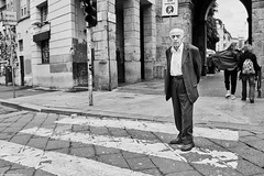 Mailand Street Uomini italiani 12 bw (rainerneumann831) Tags: bw blackwhite street streetscene ©rainerneumann urban monochrome candid city streetphotography blackandwhite uominiitaliani mann milano mailand