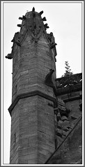 18 - Fécamp, Église Saint-Étienne - Façade, Détail (melina1965) Tags: août august 2018 normandie seinemaritime fécamp nikon d80 noiretblanc blackandwhite bw sculpture sculptures églises église church churches façade façades ciel sky cloud clouds nuage nuages gargouilles gargouille gargoyle gargoyles clock clocs clocks clocher clochers belltower bell towers