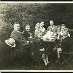 Album A 18 Familienfoto, Gartenstimmung, 1930er thumbnail