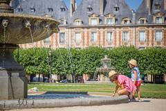 parigi, place des vosges (DanMasa) Tags: parigi paris place des vosges bambini child girl fontana fountain