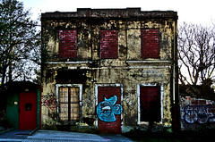 ¡No llames a casa! (Woopi) Tags: acoruña arquitectura abandono pintadas