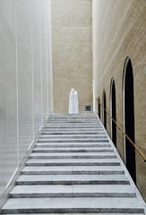 The Ghost of the Museum (Alex L'aventurier,) Tags: copenhagen copenhague denmark danemark musée museum statue sculpture art stairs escaliers lines lignes blanc white walls mur todesfigur christianlemmerz