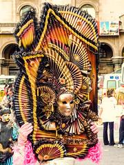 """2010-01-28 Desfile Inaugural de Carnaval en Montevideo (27) - Lis Mascaris, eine Gruppe von Kuenstlern aus Italien ist zu Gast beim """"Desfile Inaugural de Carnaval"""" (Umzug zur Eroeffnung des Karnevals) in Montevideo, Uruguay (mike.bulter) Tags: bild carnaval carnival centro desfileinauguraldelcarneval2010 gemälde karneval karnevalsumzug kunst lismascaris montevideo parade southamerica suedamerika umzug uruguay ury"""