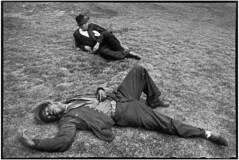 (Isabella.Fiore) Tags: allongé blackpeopleall deuxpersonnes extérieur exterior homme25à45ans lyingdown man25to45years marseille repos rest siesta sieste sleep sommeil twopeople typehumainblanc typehumainnoir whitepeople