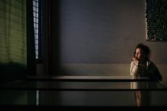 En la escuela. (Adolfo Rozenfeld) Tags: shadows portrait luznatural escuela voigtlandernokton50mmf15aspherical manuallens vintagelens retrato sombras hija school daughter naturallight