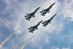 Up up and away (Notkalvin) Tags: thunderbirds planes usaf thunderovermichigan outdoors formation performance f16 jet jets amazing michigan willowrun flight