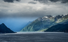 Changing weather at the fjord (Pascal Riemann) Tags: fjord schnee norwegen landschaft küste gewässer wolken lofthus skandinavien dorf gebirge natur meer landscape mountains nature norge norway outdoor scandinavia snow clouds coast sea waters ullensvang hordaland no