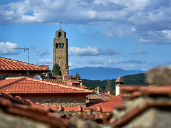 Above the roofs of Civitella in Val di Chiana (W_von_S) Tags: civitellainvaldichiana tuscany toscana toskana italien italia italy stadt city stadtansicht cityscape dächer roofs red tot kirchturm churchtower clouds wolken warm kalt cool contrast kontrast wvons werner sony sonyilce7rm2 fokus focus turm himmel sky 2018 august toscanabella