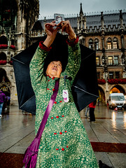 Menschen in München on a rainy afternoon in August 18 _ copyright by ralph striewski images (44).jpg (Ralphs Images) Tags: streetphotography moods mft menschen olympuszuikolenses ralph´simages stimmungen panasoniclumixg9