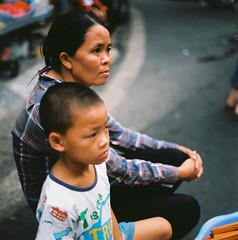 Mẹ con. (Hanoi L i f e A r t) Tags: tuanducpham hanoi hanoilifeart vietnam people asian culture filmphoto analogphoto mediumformat streetlife nadarlab 120mm 6x6 kodak ektar100 ngc bronica s2
