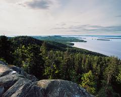 Ukko Koli (zanettifoto) Tags: finnland nordkarelien tetenalcolortece6 fujichromeprovia100f lieksa ukkokoli see sonnenuntergang wolkenhimmel abendsonne abend insel wald gegenlicht stein fin