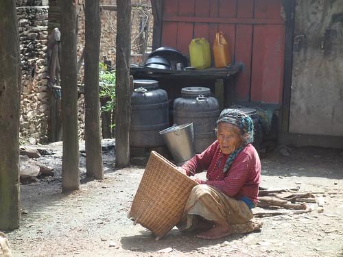 Cette mamie est en pleine préparation du maïs.
