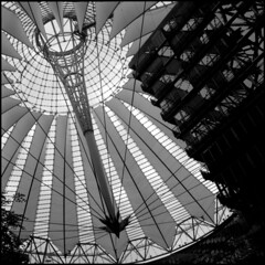 Near the center of the Sony Center (Giorgio Verdiani) Tags: rolleiflex tessar 75mm t tlr twinlensreflex 6x6 mediumformat medioformato ilford hp5 400asa 400iso film pellicola blackandwhite biancoenero square quadrato architecture architettura building edificio berlino berlin sony center sonycenter germany germania helmutjahn murphyjahn 2001