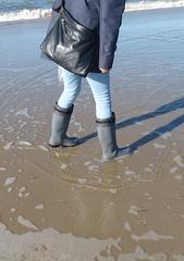 Beach fun (willi2qwert) Tags: wellies wellingtons women wasser wet water wave watt beach gummistiefel gumboots girl gummistövlar rubberboots rainboots regenstiefel strand