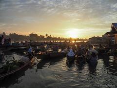 Comença el dia al mercat flotant de Lok Baintan (Vicenç Bernad) Tags: indonesia matinada amanecer mercat flotant mercado floating market lokbaintan banjarmasin kalimantan borneo martapura barca barques
