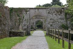 Portes défensives à l'entrée du château de Pirou (philippeguillot21) Tags: rempart porte château castle pirou manche cotentin normandie france europe chemin pixelistes route canon barrière