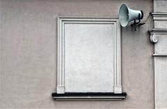 test ..... test . (roberke) Tags: window raam venster muur wall facade buiten outdoor eenvoudig eenvoud luidspreker polen