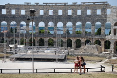 DSC01144 (kriD1973) Tags: croatia croazia kroatien croatie hrvatska istra istria istrien pola pula anfiteatro arena ancient roman romano antico selfie stick girls
