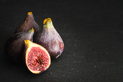 Figues fraiches (Nathalie Falq) Tags: projet52 alimentaire alimentation figue formatpaysage fruit gastronomie macro proxy fujifilmxt2 xf60mmf24rmacro fujifilm
