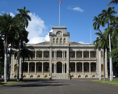 'Iolani Palace and grounds (BarryFackler) Tags: iolanipalace royalresidence hawaiianmonarchy kingdomofhawaii palace honolulu nationalhistoriclandmark hawaiianculture hawaiianhistory hawaii polynesia americanflorentinearchitecture nationalregisterofhistoricplaces landmark historical 2018 barryfackler barronfackler hawaiianrenaissancearchitecture hawaiianheritage royalty building structure stairs flag outdoor sky palmtrees clouds grounds palms architecture oahu vacation