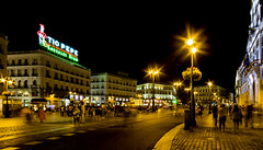 Puerta del Sol - Madrid (Andreas Laimer) Tags: madrid spagna sony notte notturno notturna contrasto colori colore piazze samyang 12mm f2 luci persone