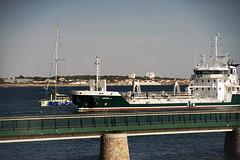 m^me quand on est sur un voilier deplus de 18m ( ici IMOCA Vendée Globe,Groupe SETIN, on doit se sentir petit quand un navire pareil rentre en même temps que vous dans le port( Les Sables d'Olonne, Vendée) (michellouvel85) Tags: navire cargo sablesdolonne vendée passerelle chenal bateau sablier