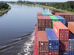 Nord-Ostsee-Kanal (Andreas Gugau) Tags: schleswigholstein deutschland deu schiffe schiffahrt kanal nordostseekanal meer nordsee ostsee containerschiff wirtschaft container frachtschiff