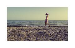 Playeando... (ángel mateo) Tags: ángelmartínmateo ángelmateo playa playadealmerimar elejido almería españa andalucía mujer bañista arena grava piedras horizonte sombrero soledad